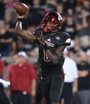 A huge September launched Louisville quarterback Lamar Jackson (8) to the 2016 Heisman Trophy.