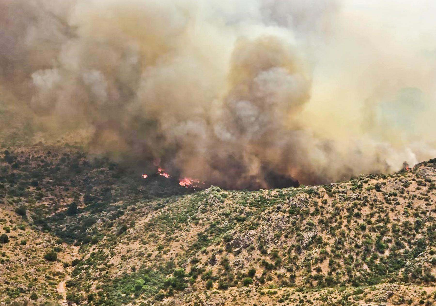 Woodbury Fire breaches 40,000-acre mark, community meeting planned Tuesday in Gold Canyon