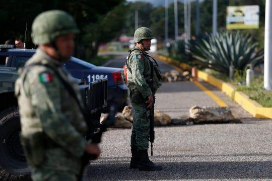 Soldados de la Guardia Nacional establecen un punto de inspección migratoria en Comitán, Chiapas.