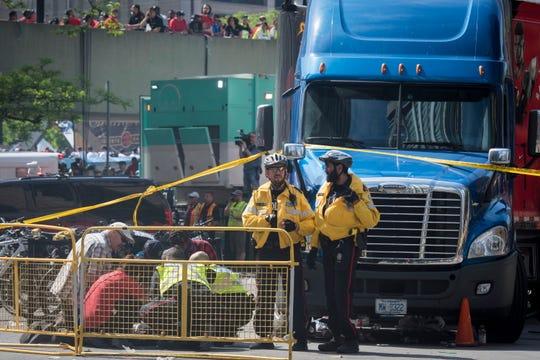 Policías acordonaron el área donde dos personas fueron heridas de bala durante los festejos de Raptors.