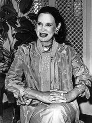 """Fotografía de archivo fechada el 8 de octubre de 1979 que muestra a Gloria Vanderbilt, en Nueva York (EE.UU.). La diseñadora de moda neoyorquina Gloria Vanderbilt falleció este lunes a los 95 años de edad, según indicó su hijo, el conocido presentador de la CNN Anderson Cooper, que destacó la """"extraordinaria"""" personalidad de quien saltó a la fama por un sonado juicio cuando era niña."""