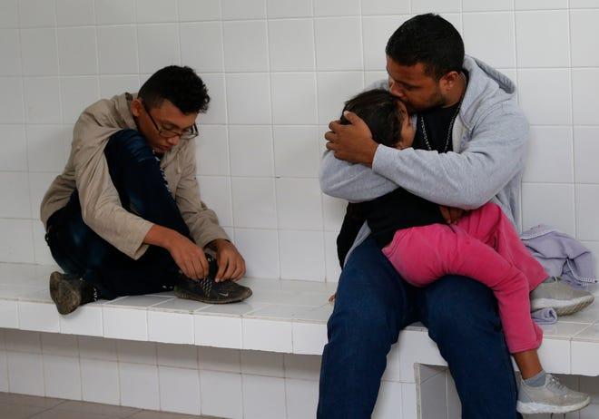 Migrantes hondureños permanecen detenidos luego que fueran bajados de un autobús al no presentar documentos.