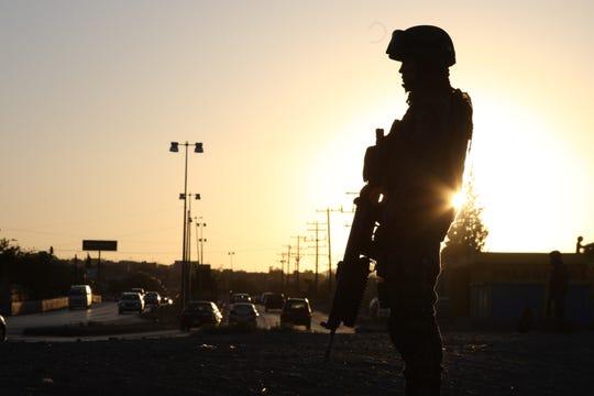 Un miembro de la Guardia Nacional en México resguarda la frontera sur.