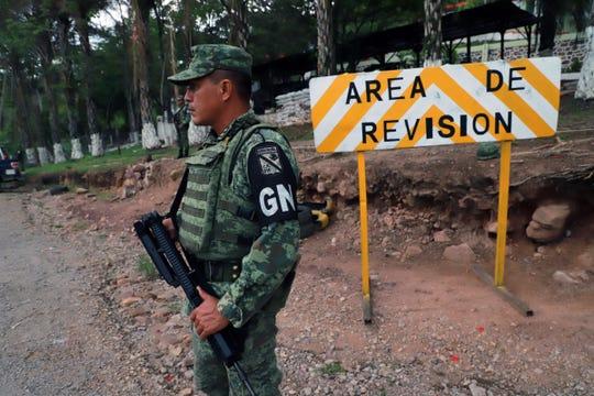 Miembros de la Guardia Nacional resguardan un punto de revisión en Jocote, Chiapas.