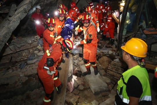 Los rescatistas trabajaban el martes tras un sismo en el suroeste de China que dejó 12 muertos y 134 heridos.