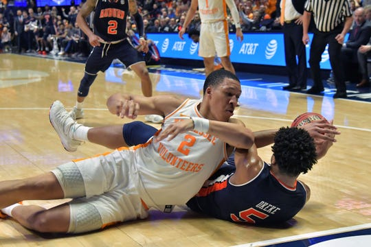 Grant Williams (2) of Tennessee fights for the loose ball against Auburn.