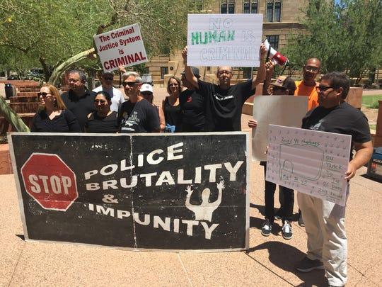 Activistas protestan afuera del Concilio de Phoenix, en contra de la brutalidad policiaca.