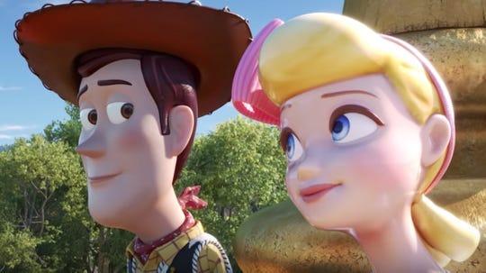 """¿Solo tengo ojos para la oveja? Aparentemente, ese no es el caso, a juzgar por la mirada que Bo Peep (Annie Potts) está intercambiando con Woody (Tom Hanks) en """"Toy Story 4""""."""