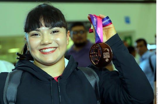 Alexa Moreno muestra su medalla.