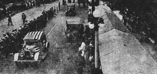 Cars approach the tents with lunches prepared by nearby Arlington Hotel in 1922.