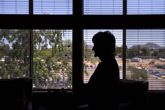 Los problemas de salud mantienen a Barbara Carpenter en su apartamento de Phoenix cuando la calidad del aire es la más pobre.