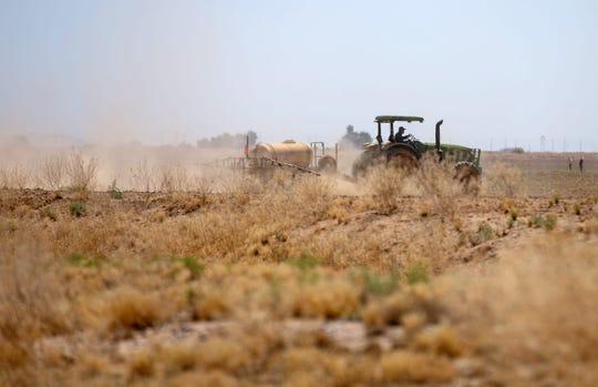 Luchar contra el cambio climático y el polvo puede ser costoso para los agricultores de Arizona, que ya enfrentan otras amenazas económicas para sus medios de subsistencia.