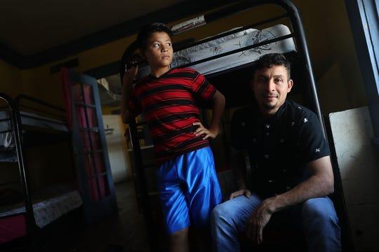 Un hombre identificado sólo por José posa sentado junto a su hijo Wilson, de 12 años, en un centro de detención en El Paso, Texas.