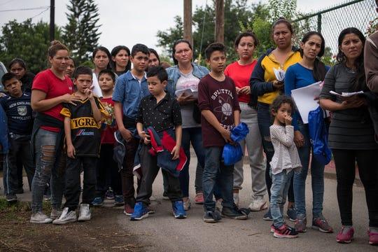 Familias centroamericanas arriban a una iglesia tras ser liberadas de un centro de detención en Texas.
