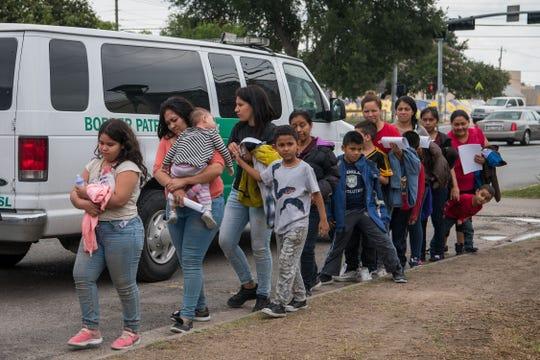 Familias centroamericanas siendo trasladadas a un centro de detención en Texas.