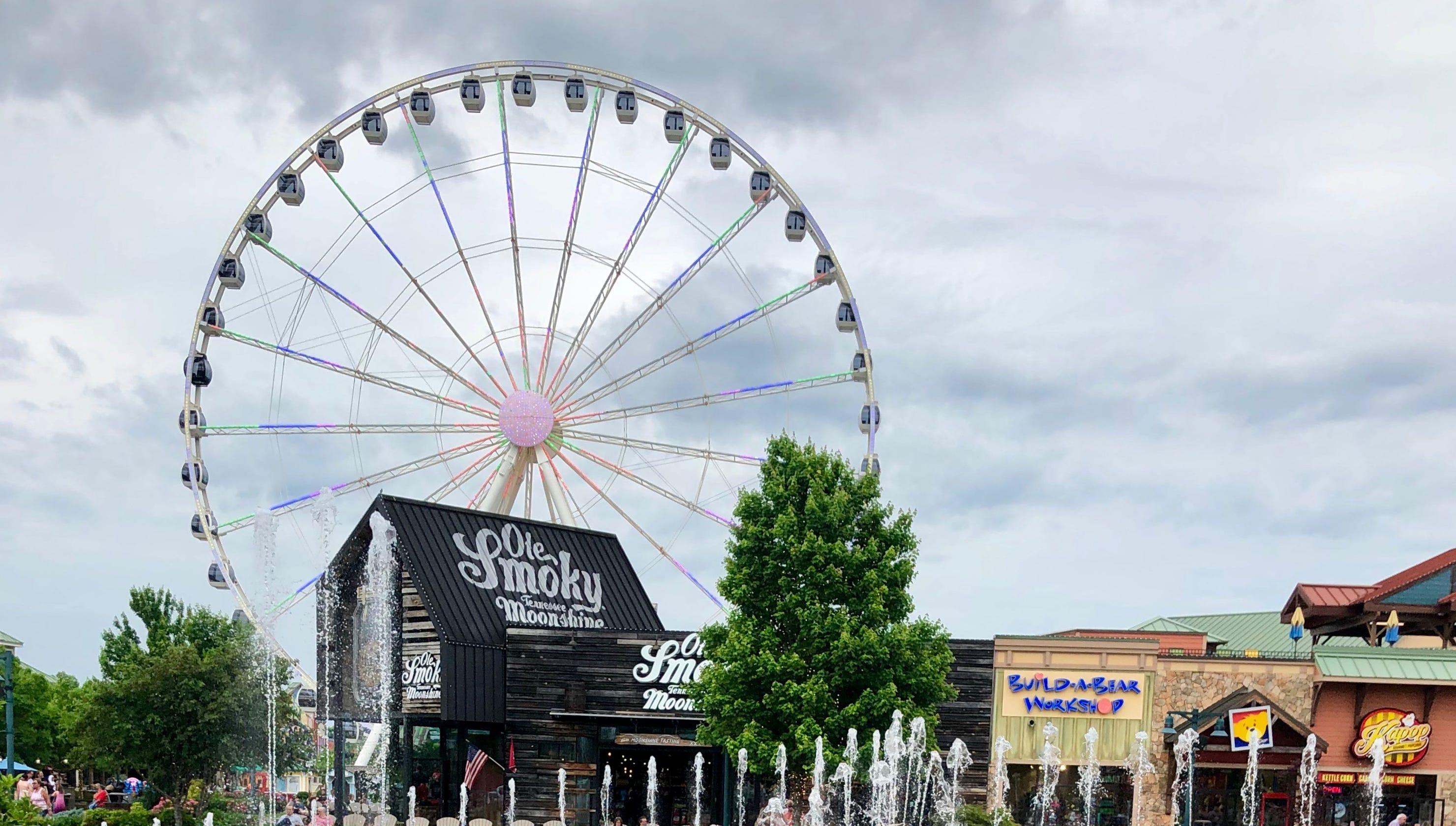 Pigeon Forge: Spectacular Smoky Mountains, Dollywood and more