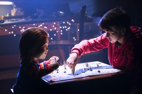 """Fotograma cedido por Orion Pictures donde aparece el muñeco Chucky y el niño Gabriel Bateman como Andy Barclay, durante una escena del remake del clásico de terror """"Child's Play"""" que tomará los cines este fin de semana."""