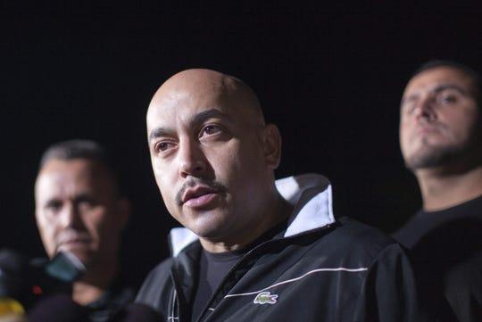El cantante mexicano Lupillo Rivera habla en una rueda de prensa.
