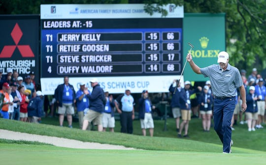 Madison's Steve Stricker acknowledges the gallery as he walks onto the 18th green during the final round.