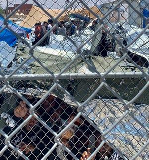 """En esta foto del 1 de junio de 2019, proporcionada por el profesor Neal Rosendorf de la Universidad Estatal de Nuevo México, se observa a los migrantes a través de cercas dentro de un campamento al aire libre temporal donde esperan ser procesados en El Paso, Texas. Rosendorf dijo que se parecía a una """"perrera humana""""."""