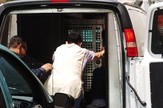 De los arrestados, 46 fueron hombres y seis mujeres, según el comunicado del ICE.