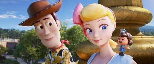 """Fotograma cedido por Disney Pixar donde aparecen los personajes Woody (i), Bo Peep (c) y Giggle McDimples (d), durante una escena de la película de animación """"Toy Story 4."""