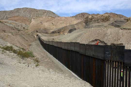 Fotografía del 26 de mayo de 2019 que muestra el muro que está construyendo Jeff Allen, un ciudadano estadounidense de 56 años, para impedir el cruce ilegal de migrantes en la franja fronteriza de Estados Unidos y México, donde convergen Texas y Nuevo México con el norteño estado mexicano de Chihuahua.