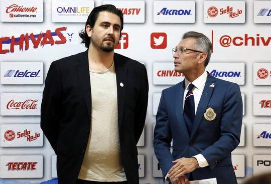 Apenas tres horas después de dejar Jorge Vergara en su hijo Amaury (izq.) la presidencia del equipo más popular del País, Chivas echó a su personaje más impopular, el director general José Luis Higuera (der.).