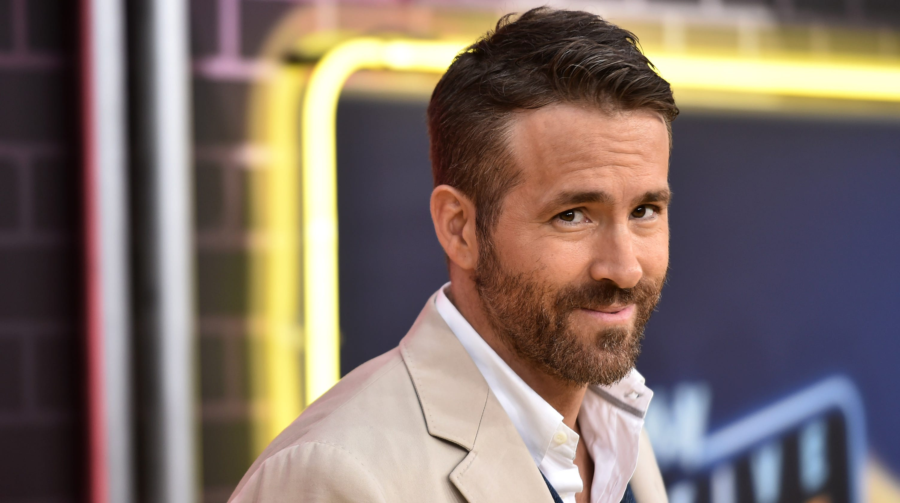 Ryan Reynolds gives his gin company ★★★★ in trolling Amazon review