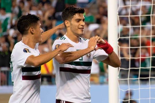 Raúl Jiménez festeja su gol ante Martinica