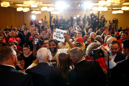 Mike Pence escuchó a la gente en un mitin realizado en Miami.