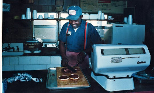 Oscar Weeks Sr. prepares a hot links sandwich at his restaurant in Cisco in 1986.