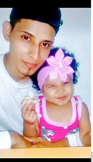 El joven trabajaba en una pizzería, y su esposa, Tania, dejó un trabajo en un restaurante de comida china para cuidar a su bebé.