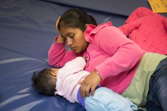 Una mujer guatemalteca y su bebé esperan por asilo en un centro religioso en McAllen, Texas.