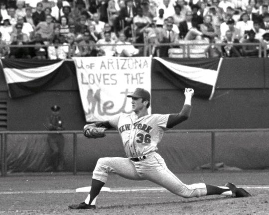 Mets vs. Atlanta Braves. 1969 National League Championship Series. Game 2.   A pro-Mets banner seems to spur Jerry Koosman in 5th inning. INDESIGN-WC