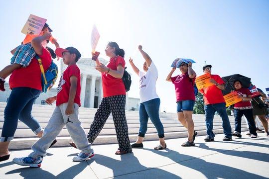Activistas a favor de los inmigrantes protestan a las puertas del Tribunal supremo en Washington, EEUU, a la espera del fallo sobre la polémica pregunta sobre la ciudadanía incluida en el censo de 2020.