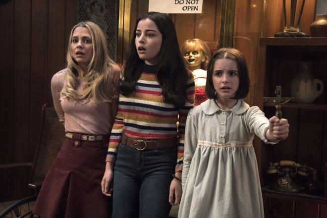 """Fotograma cedido por Warner Bros. donde aparecen Madison Iseman (i), como Mary Ellen, Katie Sarife (c) como Daniela Rios y Mckenna Grace (d) como Judy Warren, durante una escena de la película de terror """"Annabelle Comes Home"""" que protagoniza los estrenos de cine de este fin de semana."""
