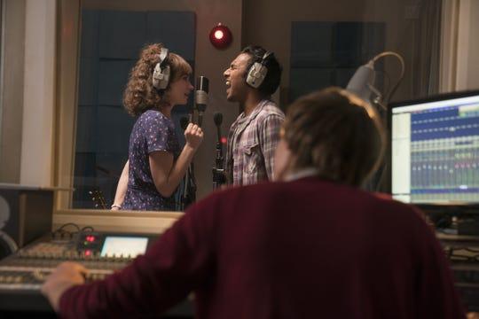 """Fotograma cedido por Universal donde aparece Lily James como Ellie y Himesh Patel como Jack Malik, durante una escena de la comedia musical """"Yesterday"""" que protagoniza los estrenos de cine de este fin de semana."""