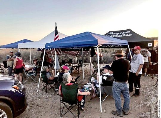 Bajo carpas a mitad del desierto, en las que destacan banderas de EU, integrantes de AZ Patriots vigilan la frontera en busca de migrantes irregulares.