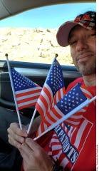 Un miembro de AZ Patriots vigila la frontera.