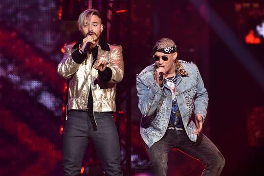 El cantante colombiano J Balvin (i) a duo con Bad Bunny (d) durante su actuación en los premios Billboard de la Música Latina en el Watsco Center de Coral Gables el pasado 27 de abril, 2017.
