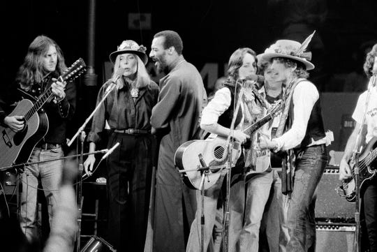 Musicians Roger McGuinn, Joni Mitchell, Richi Havens, Joan Baez and Bob Dylan perform the finale of the The Rolling Thunder Revue, a tour headed by Dylan, in Dec. 1975.  (AP Photo)