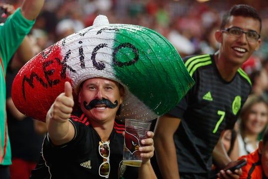 Un fanático de la Selección Mexicana de Futbol saluda a la cámara en el estadio de Glendale.