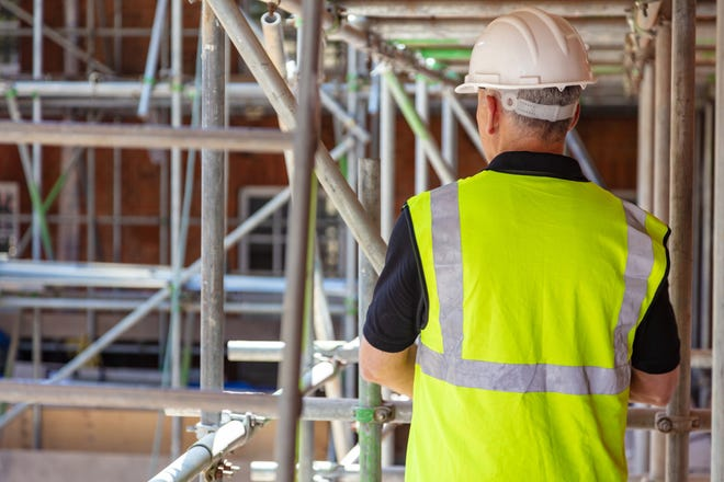 A helpful guide for avoiding scaffolding accidents on construction sites.
