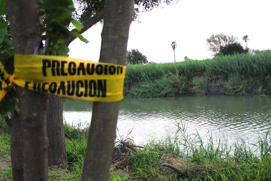 Fotografía de una banda policial de precaución en la orilla del Río Bravo, este miércoles en Matamoros (México).