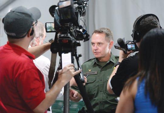 El jefe de la Patrulla Fronteriza de la Estación de Yuma, Anthony Porvaznik, contesta preguntas de los medios de comunicación durante un tour al centro de detenciones de migrantes en Yuma.