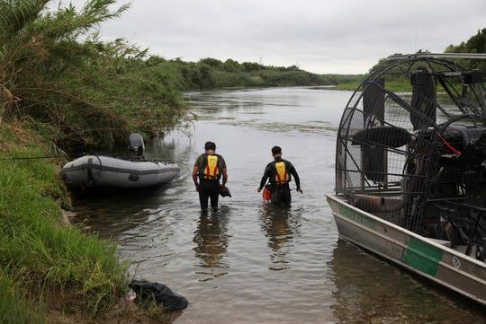 Agentes de la Patrulla Fronteriza buscan a una niña de dos años desaparecida en el río Bravo cerca de Del Rio, en Texas.