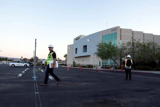 Los trabajadores abandonan el Hospital Regional de Ridgecrest después de una inspección posterior al terremoto que causó la evacuación del hospital en Ridgecrest, California, EE. UU., El 4 de julio de 2019. El 4 de julio, un terremoto de magnitud 6.4 sacudió el sur de California.