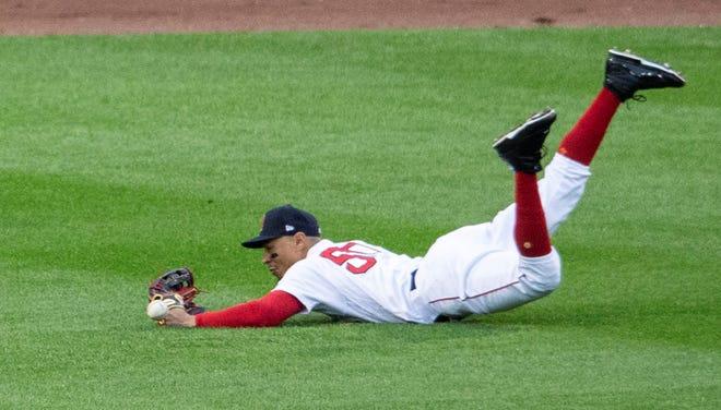 Mookie Betts de los Medias Rojas en acción ante los Indios de Cleveland este miércoles, durante un partido de béisbol de la MLB, en el Fenway Park de Boston, Massachusetts (EE.UU.).