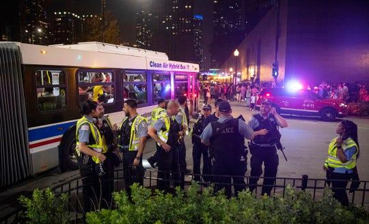 En esta foto del jueves 4 de julio de 2019, los oficiales del Departamento de Policía de Chicago (CPD, por sus siglas en inglés) responden a informes de apuñalamientos y amenazas de lesiones después de las celebraciones del 4 de julio en el Navy Pier de Chicago.